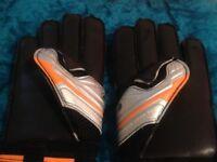 Football Training Mesh Bibs (6), Training Cones (6) & 1 Pair of Goalkeeping Gloves size 8 - Sondico