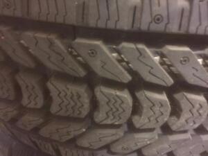 4 pneus d'hiver LT275/65/18 Firestone WinterForce LT, aucun d'usure, 17/32 de mesure.