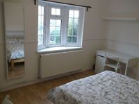 3 Double Rooms close to South Quays DLR and Canary Wharf - Property just Refurbished