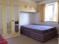 Headington large double bedroom available on now to a single professional or student