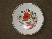Various 'Poppy' pattern plates and bows ideal for replacement