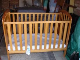 O Baby Lily Cot in Country Pine with Mattress and Washable Cover. £40