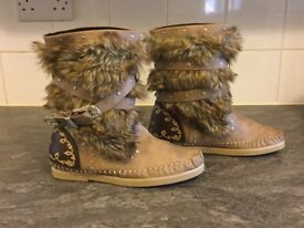 Brand new flat boots beige & brown suede & fur effect (size 6)