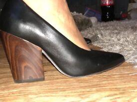 Block heel court shoe