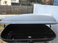 Car roof box including brackets