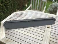 Mini rear-extendable parcel shelf.