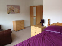Massive double room All bills included 4 Bedroom 2 bath house Heald Green Easy access to the Airport