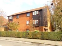 Large 1 Bedroom Apartment/Flat private gated parking walking distance town centre wardown Park area
