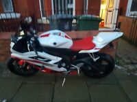 Yamaha yzf 6r..red and white.1200 miles.seat cowl alarm crash protectors.