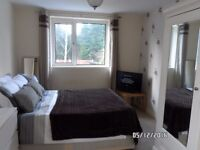 B92 Solihull Double room in house share. Near JLR, BHX (Birmingham) airport
