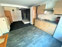 All Inclusive ground floor spacious studio flat close to Gantshill Station ---No DSS please