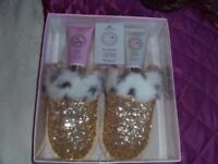 LADIES BOXED SLIPPER GIFT SET WITH FOOT LOTION FITS UP TO SIZE 7 NEW