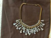 NECKLACE WITH GOLD COLOUR AND CRYSTAL DROPS.
