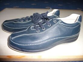 This stylish Navy boy's laced shoes, size 11/29