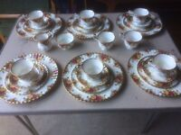 ROYAL ALBERT OLD COUNTRY ROSES 28pc DINNER / TEA SET