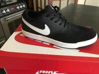 Boys Nike SB trainers black and white size 4