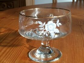 8 Dema flower-motif Sundae Dishes. Beautiful tableware in excellent condition