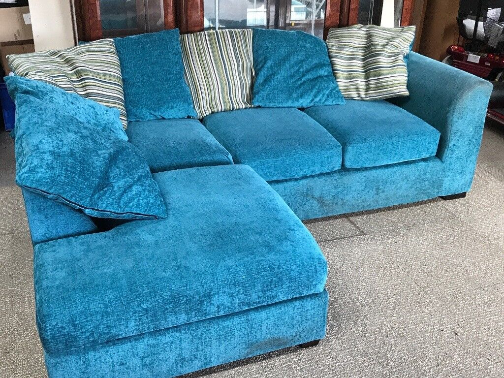 STUNNING TEALE CORNER SOFA WITH MATCHING SCATTER CUSHIONS.