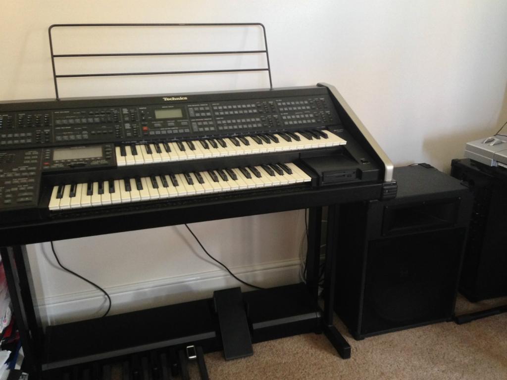 Technics C800 flagship portable organ with powered ...