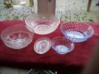 VARIOUS VINTAGE TRIFLE/SALAD BOWLS AND A GLASS PIN DISH