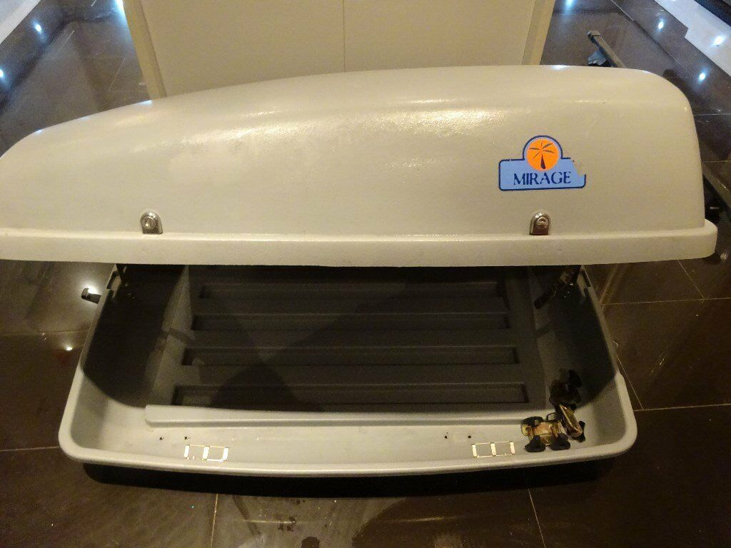 Karrite Mirage Roof Box with roofbars and keys