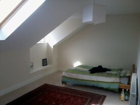Large bedroom with en suite bathroom in new, well appointed house very close to University