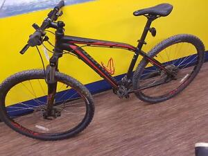 Magnifique vélo de montagne de marque Specialized, model Rockhopper,  Taille Large en super état pour seulement 449.99$!