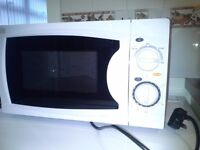 Microwave oven Currys Essentials white almost new