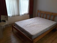Large double room in modern lovely flat with garden, share wi 3 flatmates (fast Internet)