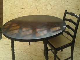 Table and Chairs Round