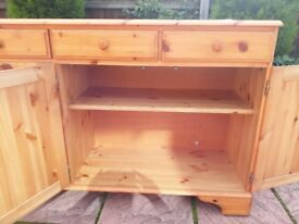 Pine sideboard, good condition. Width 172cm / height 88cm / depth 44cm.