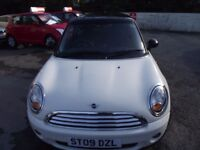 2009 MINI COOPER IN ENGLISH WHITE, FULL SERVICE HISTORY, 9 STAMPS, MOT TILL SEPTEMBER 2018.