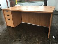 Executive desk with pedestal drawers. - Large size.