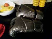 Hardly worn hayabusa 140z gloves