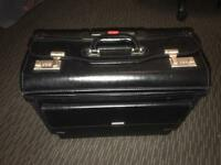 Quality Leather Pilots doctors Case / Bag Wheeled Travel Case ideal for alsorts!