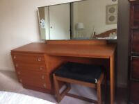 Retro dressing table with removable mirror