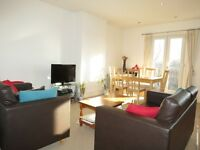 Spacious 3 Double Bedroom Flat in Raynes Park a 5 Minute Walk To The Station and Amenities !!!