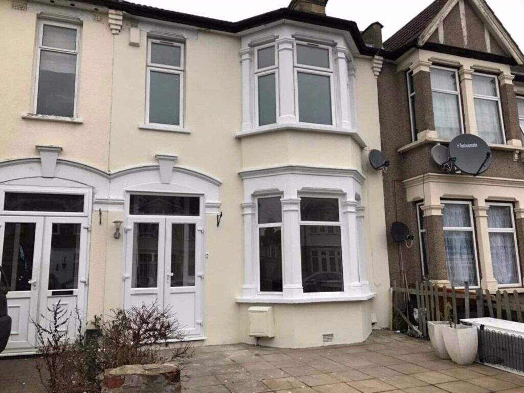 LARGE 3 BEDROOM HOUSE IN ILFORD WITH FRONT DRIVE AND LARGE REAR GARDEN
