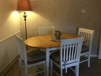 Extendable chic dining table with 4 chairs