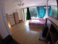 AWESOMELY SPACIOUS DOUBLE / TWIN ROOM! PERFECT FOR COUPLES! CENTRAL LINE