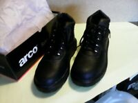 ARCO BLACK LEATHER SAFETY BOOTS...in size 7