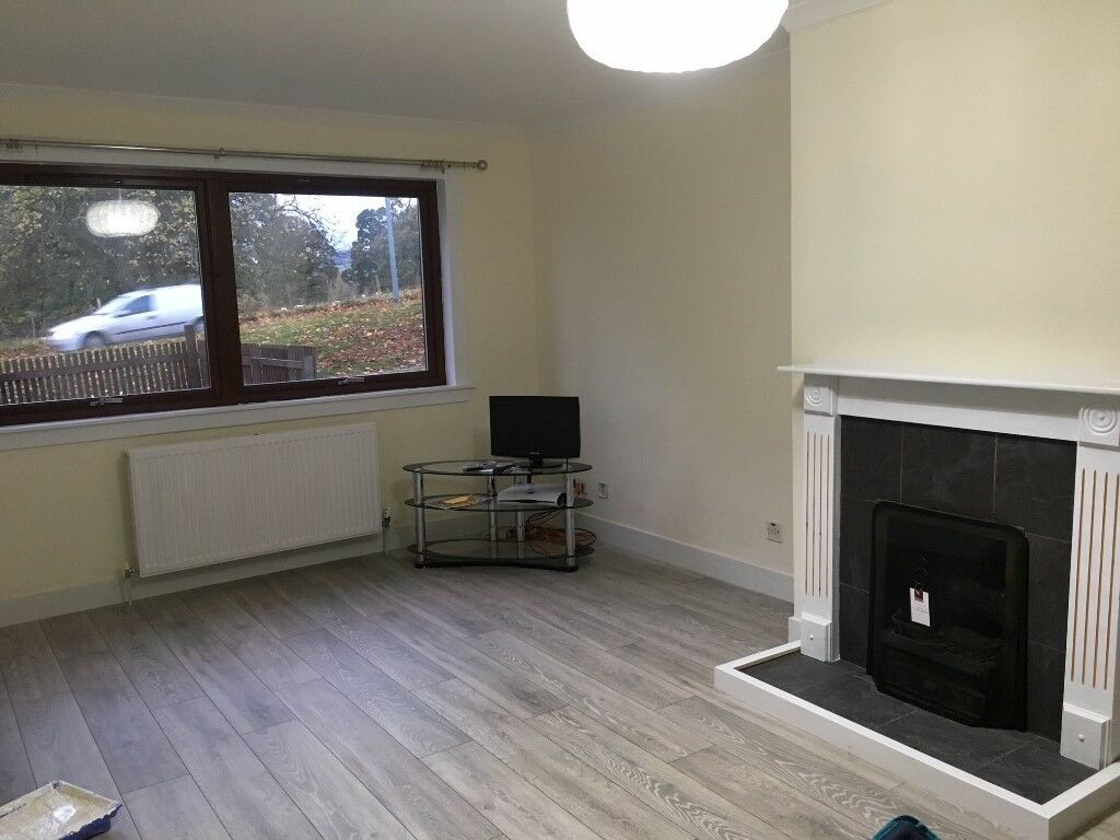 Spacious 3 bed house Dingwall, with easy access to Inverness. Oil central heating. Parking.