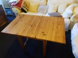 Oak wood dining table (extendable)
