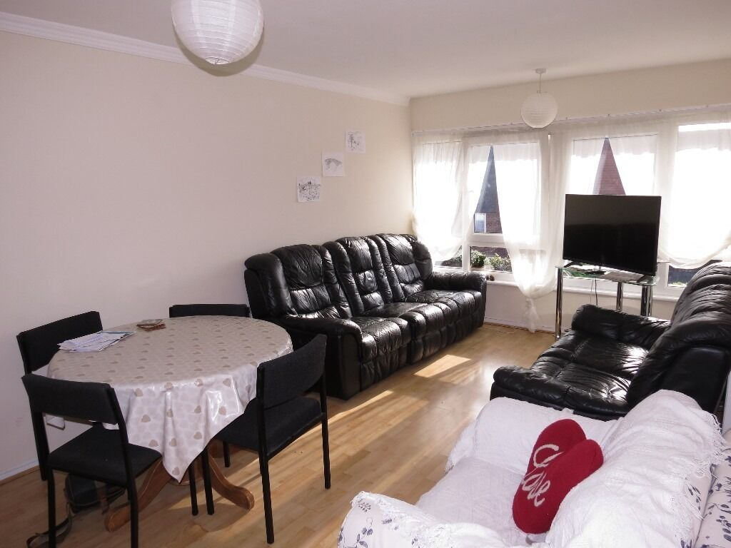 SPACIOUS 2 DOUBLE BEDROOM FLAT A SHORT WALK TO THE HEART OF RAYNES PARK AND STATION !!!!!!