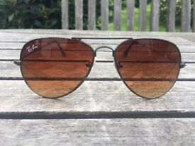 Very good reproduction RAY BAN RB3025. Brown lenses, never worn.
