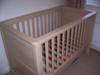 Mamas & Papas Horizons cot/bed - in excellent like new condition