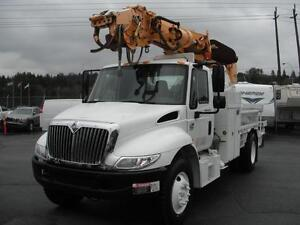 2002 International 4300 DT466 with Altec Digger and Air Brakes D