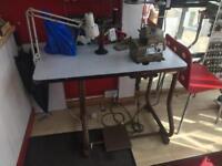 Industrial overlooking sewing machine
