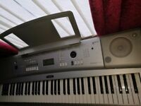 Yamaha DGX 220 electronic keyboard