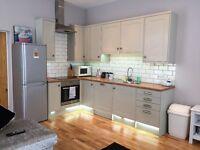 2 bedroom spacious and modern apartment, headingley/Hyde park area, near burley park train station